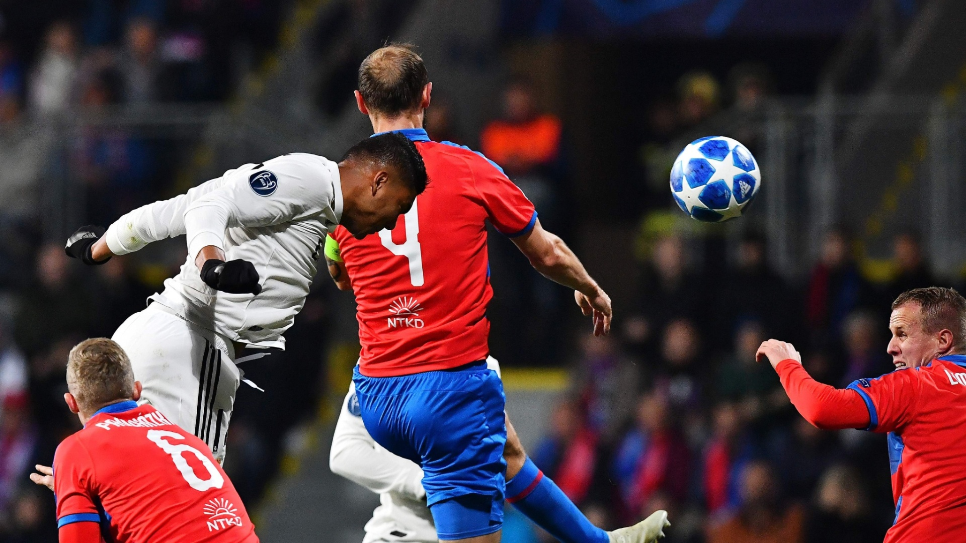 Casemiro escora de cabeça durante jogo entre Real Madrid e Viktoria Plzen