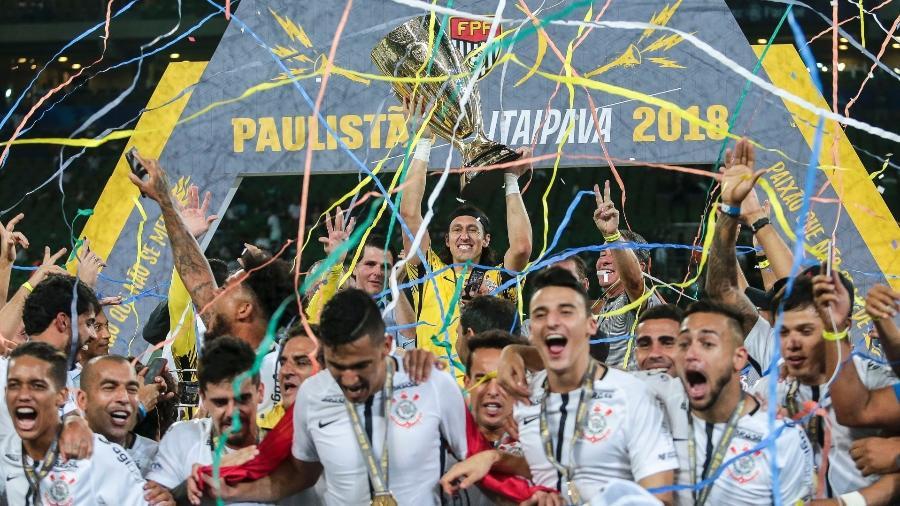 Cássio ergue a taça do título do Campeonato Paulista conquistado pelo Corinthians em 2018 - Ale Cabral/AGIF