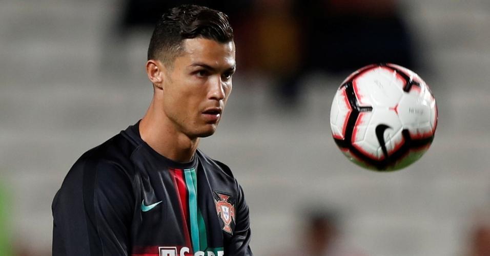 Cristiano Ronaldo se aquece antes do jogo entre Portugal e Sérvia