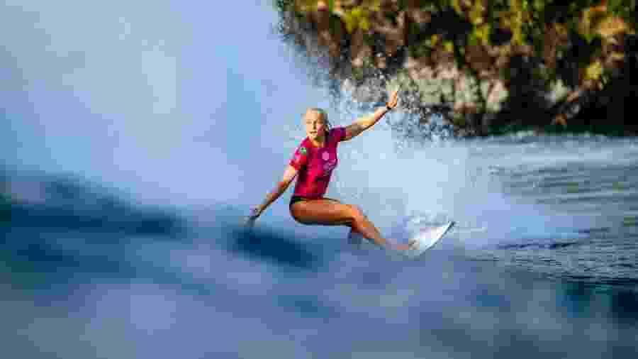 Tatiana Weston-Webb faz manobra durante bateria do Circuito Mundial de Surfe - WSL / ED SLOANE