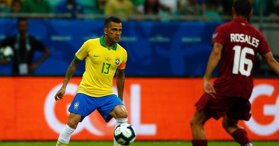 Daniel Alves, durante partida entre Brasil e Venezuela