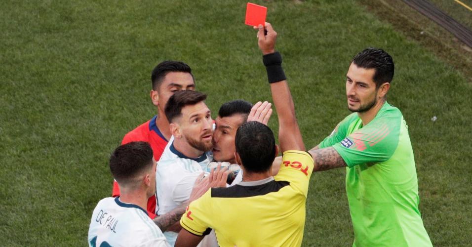 Momento da expulsão de Messi e Medel no primeiro tempo de Argentina x Chile