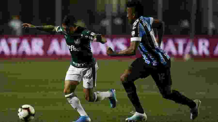 Dudu disputa lance com Cortez em jogo entre Palmeiras e Grêmio na Libertadores - Cesar Greco/Ag. Palmeiras/Divulgação