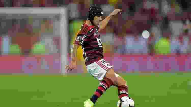 Rafinha vem atuando pelo Flamengo com o auxílio de um capacete - Thiago Ribeiro/AGIF