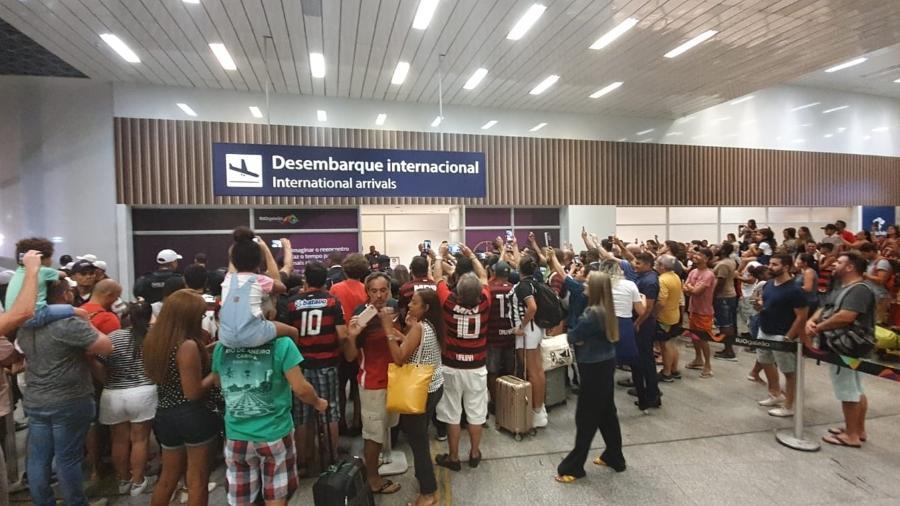 Torcedores vão a aeroporto acompanhar a chegada da equipe do Flamengo - Bernardo Gentile/UOL