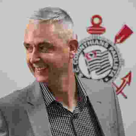 Tiago Nunes sorri durante a apresentação no Corinthians - Marcello Zambrana/Agif