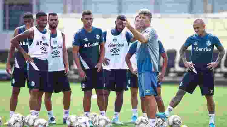 Maicon, Diego Souza e Renato (da esquerda para direita). Conectados no telefone e juntos no gramado - Lucas Uebel/Grêmio FBPA