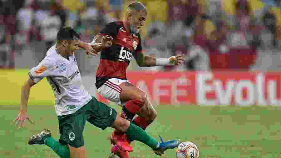 Gabigol e Jean Victor em disputa de bola no jogo Flamengo x Boa Vista - Thiago Ribeiro/AGIF