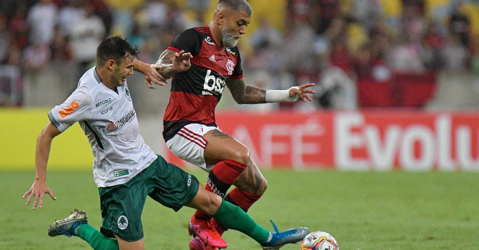Gabigol e Jean Victor em disputa de bola no jogo Flamengo x Boa Vista