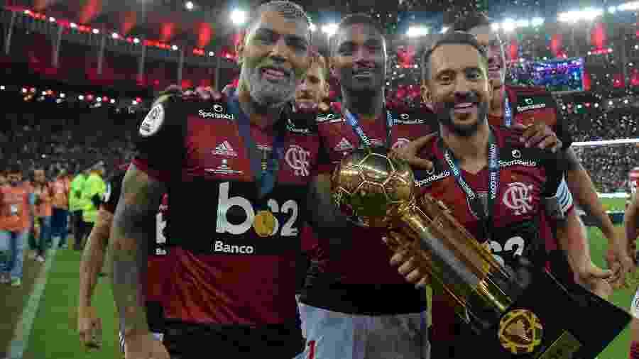 Gabigol, Everton Ribeiro e Vitinho com a taça da Recopa Sul-Americana conquistada pelo Flamengo - Thiago Ribeiro/Agif