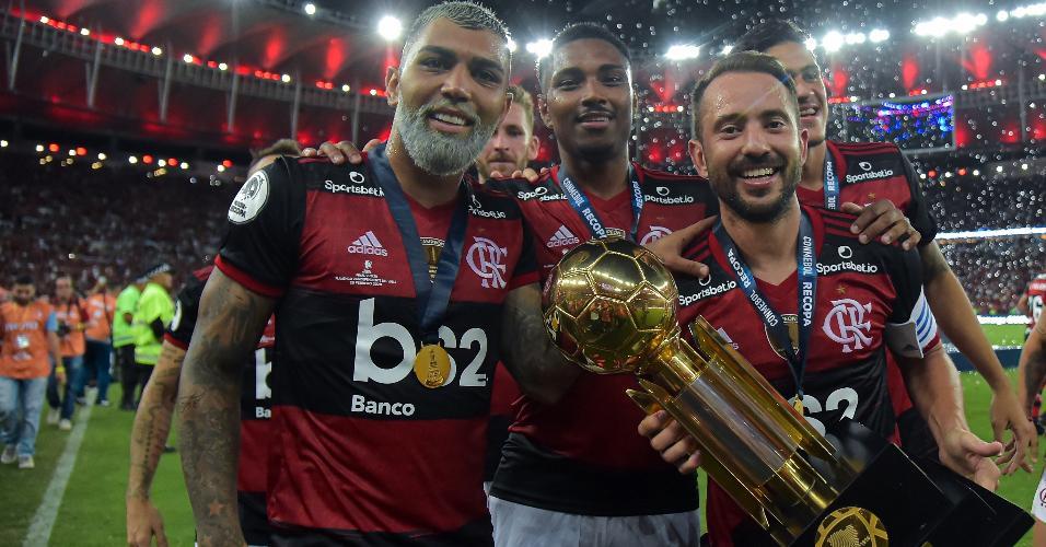 Gabigol, Everton Ribeiro e Vitinho com a taça da Recopa Sul-Americana conquistada pelo Flamengo