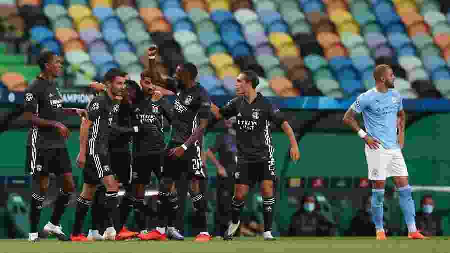 Jogadores do Lyon comemoram gol marcado por Cornet, o primeiro da vitória sobre o Manchester City - Matthew Ashton - AMA/Getty Images