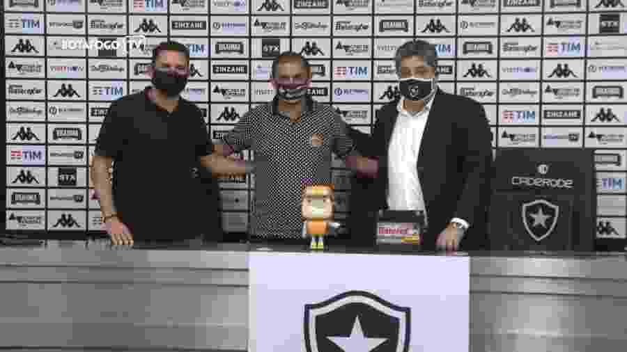 Ramón Díaz (centro), na apresentação como técnico do Botafogo - Reprodução/BotafogoTV