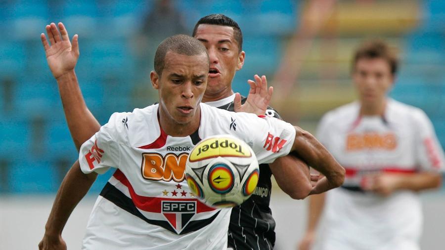 Miranda, anunciado hoje pelo São Paulo, em jogo contra o Corinthians em 2011 - Eduardo Anizelli/LatinContent via Getty Images