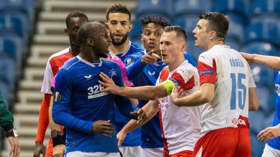 Jogadores do Glasgow Rangers e do Slavia Praga discutem durante jogo da Liga Europa - Alan Harvey/SNS Group via Getty Images