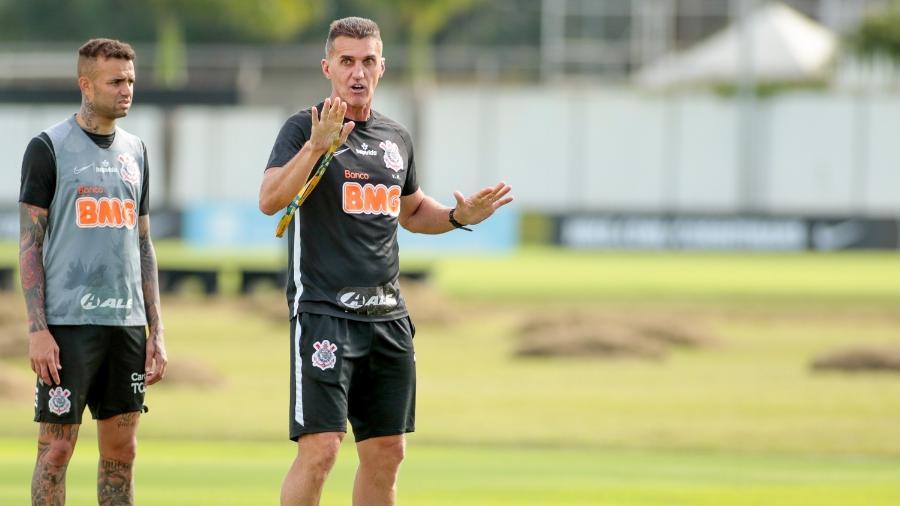 Mancini passa instruções para Luan durante treinamento no CT Joaquim Grava  - Rodrigo Coca/ Ag. Corinthians