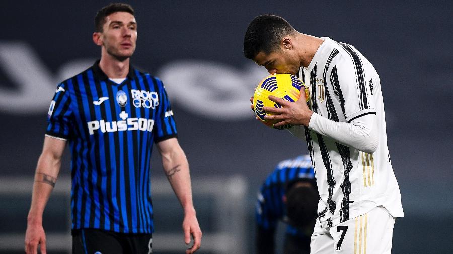 Cristiano Ronaldo se prepara para cobrar pênalti sob olhares de Robin Gosens - Nicolò Campo/LightRocket via Getty Images