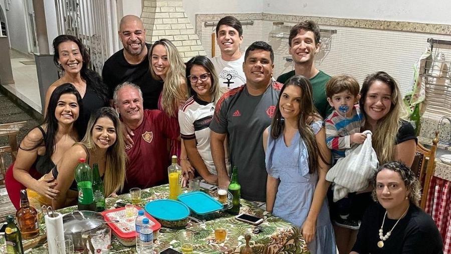 Adriano Imperador e Laísa Lemos ao lado de familiares - Reprodução/Instagram