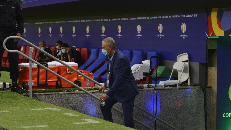 Tite, técnico da seleção brasileira, sobe para o banco de reservas do Estádio Mané Garrincha - Luciano Freire/Framephoto/Estadão Conteúdo