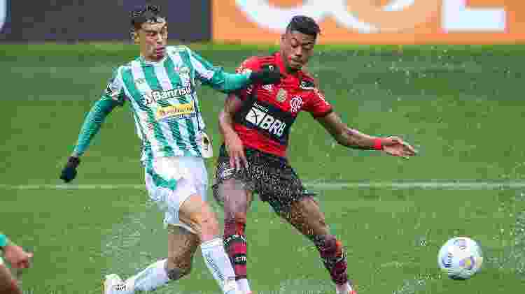 Bruno Henrique disputa bola durante partida entre Juventude e Flamengo no Brasileirão 2021 - Pedro H. Tesch/AGIF - Pedro H. Tesch/AGIF