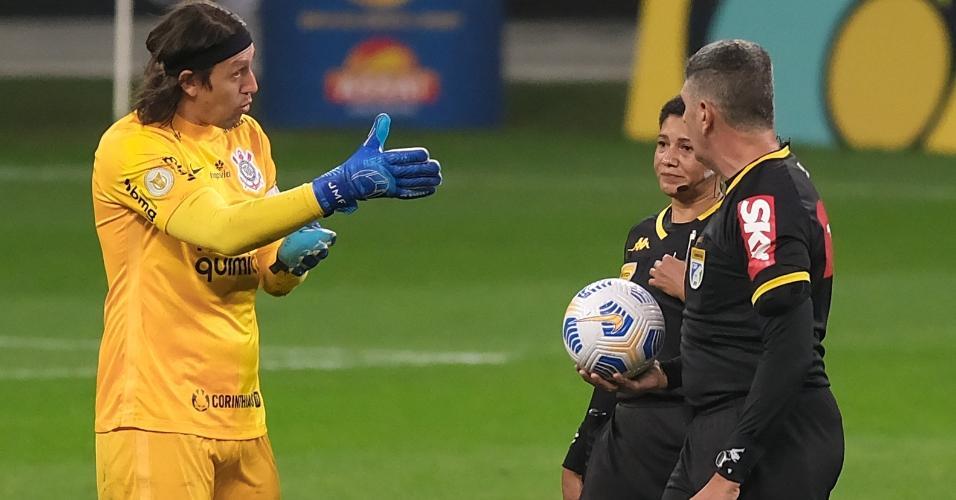 Cássio, do Corinthians, reclama com o árbitro Marcelo de Lima Henrique por causa da marcação de um pênalti para o Internacional