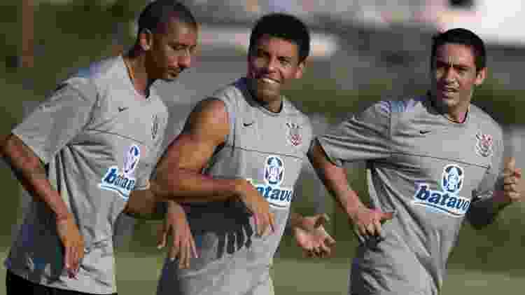 Ronaldo Fenômeno ao lado de Acosta e Chicão durante treino do Corinthians no CT Joaquim Grava - Daniel Augusto Jr./FOTOARENA - Daniel Augusto Jr./FOTOARENA