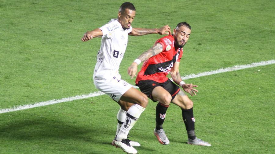 Luiz Felipe disputa lance em Santos x Atlético-GO pelo Brasileirão - Fernanda Luz/AGIF