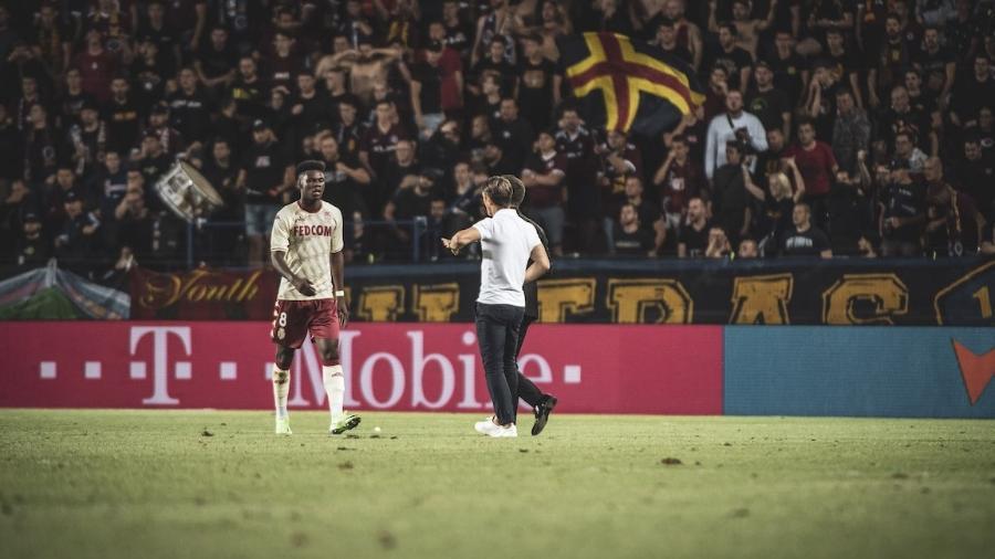 Aurélien Tchouaméni avisou seu treinador e o árbitro sobre os gritos racistas após o gol do Mônaco - Divulgação/Mônaco