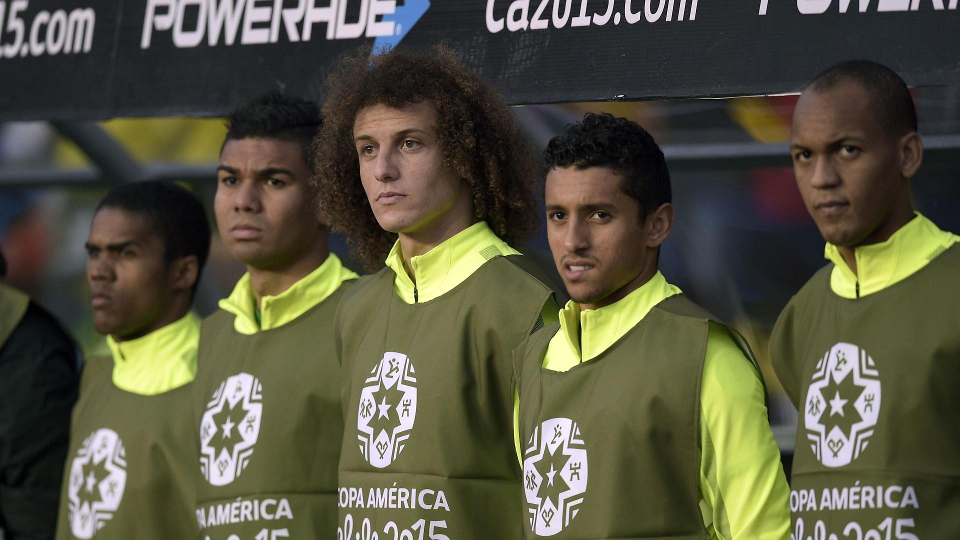 Douglas Costa, Casemiro, David Luiz, Marquinhos e Fabinho perfilados no banco de reservas durante jogo do Brasil pelas quartas de final da Copa América