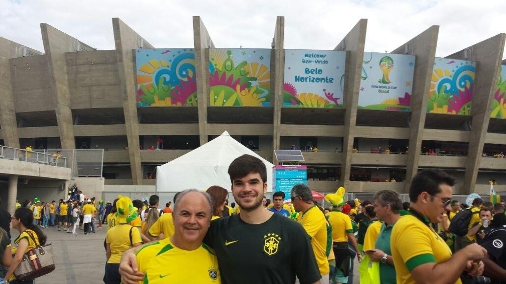 Daniel Sarquis, engenheiro civil, posa com o pai à frente do Mineirão. Os dois assistiram ao 7 a 1 e por pouco não deixaram o estádio após o terceiro gol