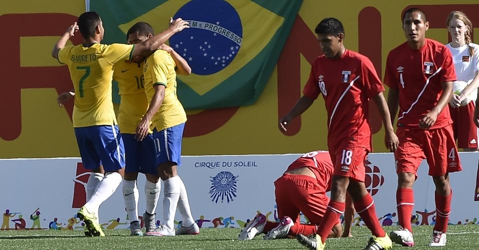 Brasileiros comemoram o gol de Rômulo, o terceiro do Brasil contra o Peru