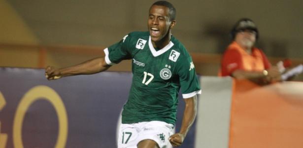 Carlos Eduardo celebra gol pelo Goiás em 2015, ano em que estreou no profissional