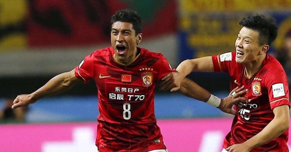 13.dez.2015 - Paulinho comemora muito após marcar, nos acréscimos, o gol que levou o Guangzhou Evergrande às semifinais do Mundial de Clubes