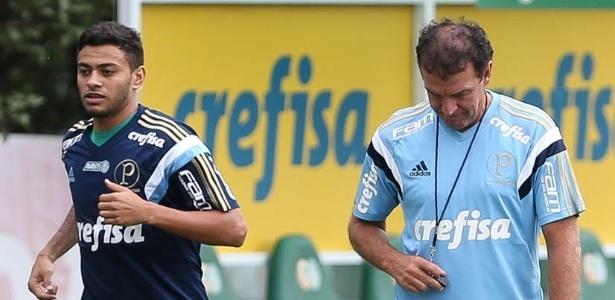 Cleiton corre ao lado de Cuca: meia desfalca o Palmeiras já 42 jogos - Cesar Greco/Ag Palmeiras