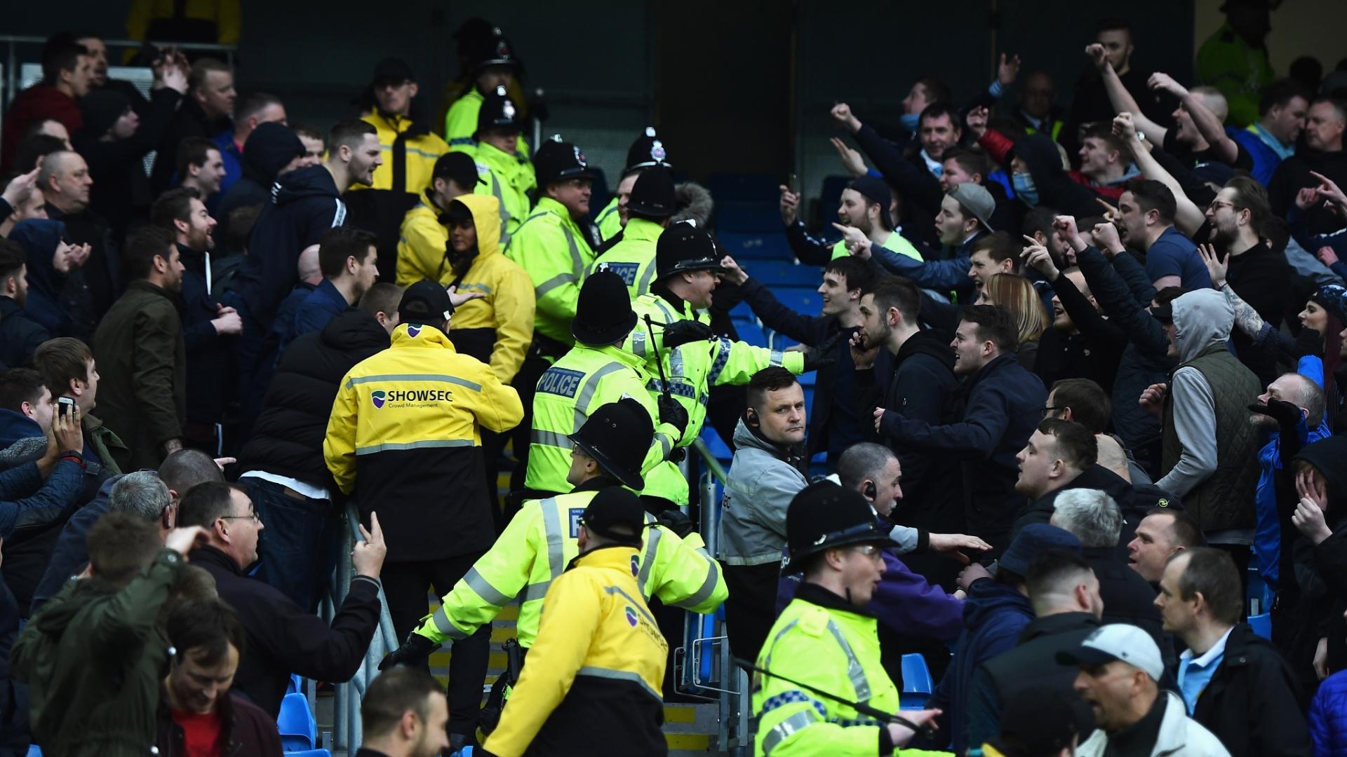Briga entre as torcidas de Manchester United e Manchester City