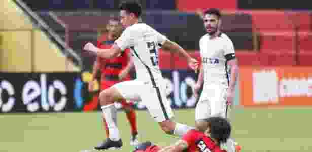 Marquinhos Gabriel encara a marcação do Sport - Clelio Tomaz/AGIF - Clelio Tomaz/AGIF