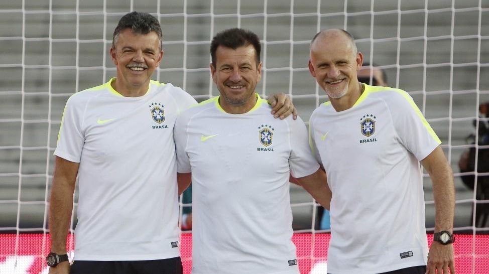 Rinaldi, Dunga e Taffarel posam para foto no gol em que Baggio perdeu o pênalti do tetra em 1994
