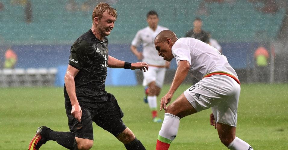 Julian Brandt tenta drible na estreia da seleção alemã pela Olimpíada