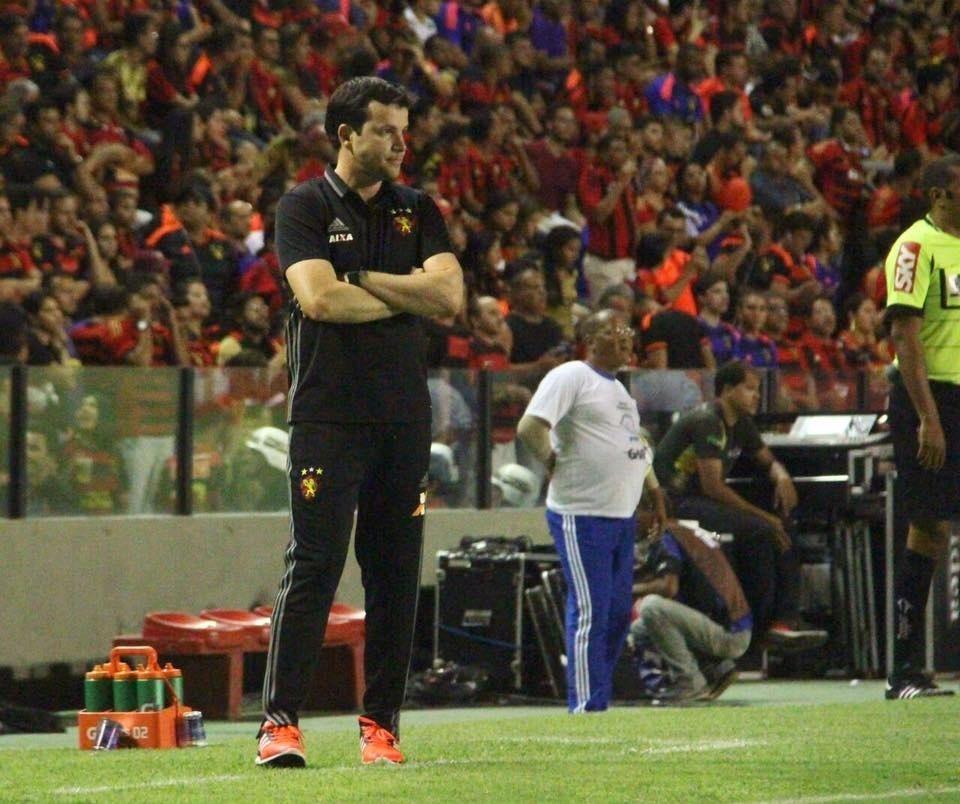 Daniel Paulista, técnico do Sport, observa jogo contra a Ponte Preta à beira do gramado da Ilha do Retiro