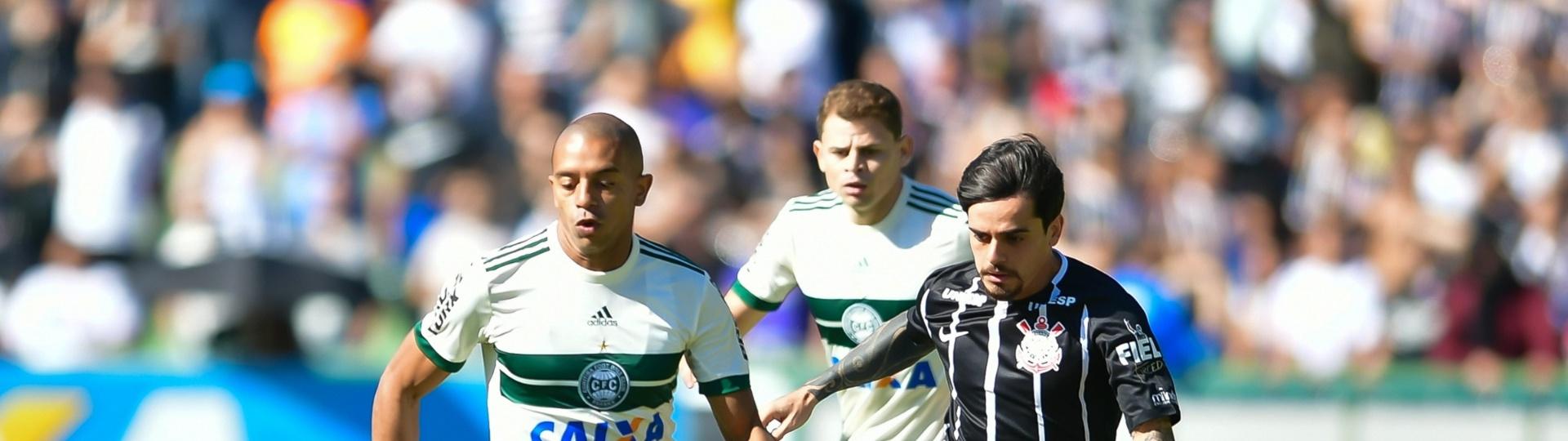 William Matheus, do Coritiba, e Fagner, do Corinthians, disputam a bola em partida pelo Campeonato Brasileiro
