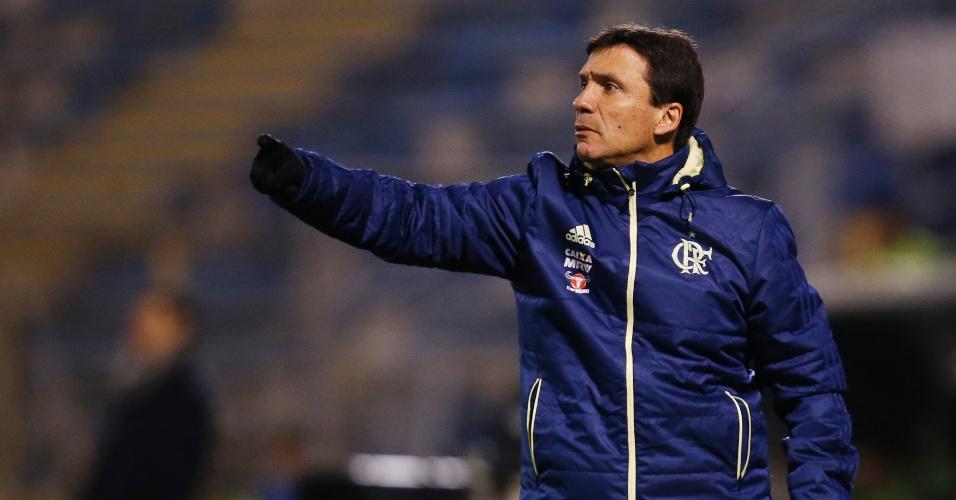 Zé Ricardo orienta jogadores do Flamengo contra o Palestino pela Sul-Americana