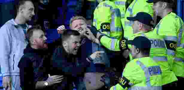 Torcida do Birmingham briga com policiais - Gareth Copley/Getty Images - Gareth Copley/Getty Images