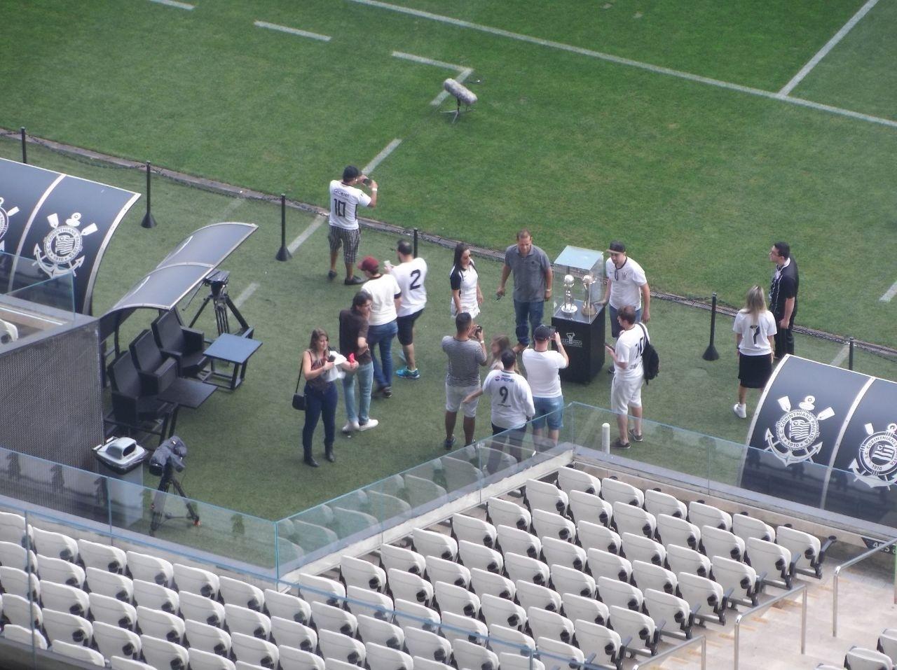 Antes da abertura dos portões, torcedores fazem a visita monitorada ao estádio, com as taças dos Mundiais em exibição