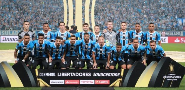 Equipe do Grêmio posa para fotos antes do 1º jogo da final da Libertadores, contra o Lanús