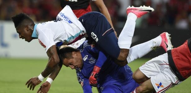 Diego Alves se machuca após colisão com Yony González