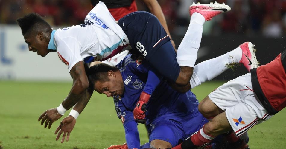 Lance do primeiro tempo, quando Diego Alves teve que ser substituído diante do Junior de Barranquilla