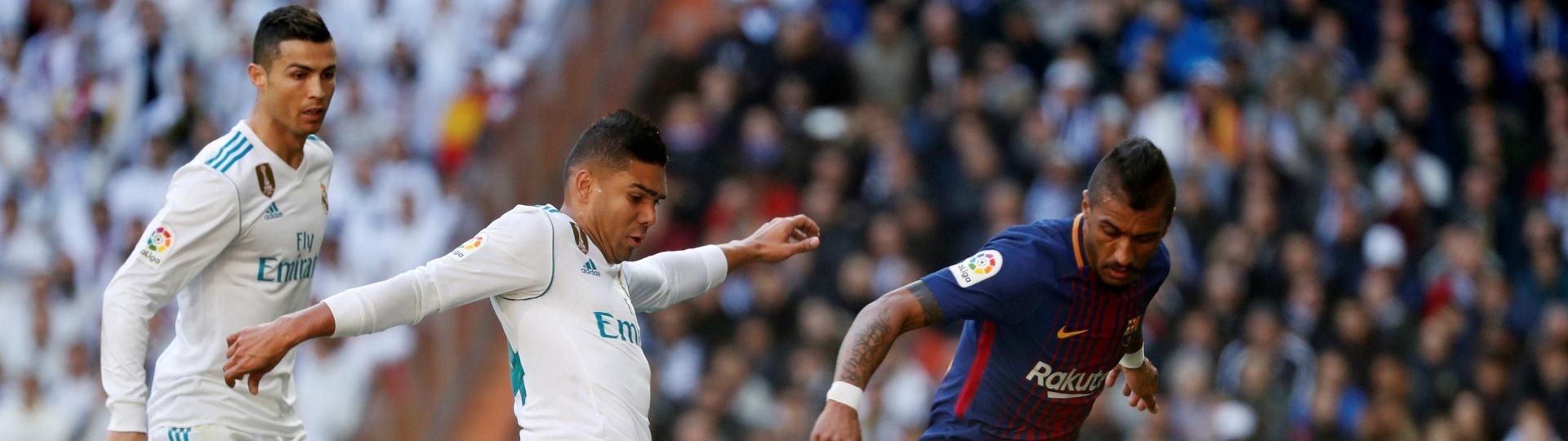 Casemiro e Paulinho disputam bola no clássico entre Real Madrid e Barcelona