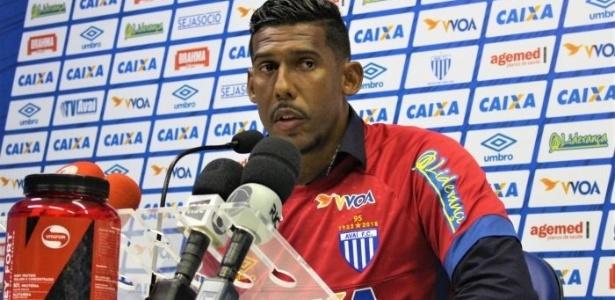 Aos 37 anos, goleiro chega a SC falando em disputar posição em novo clube - André Palma Ribeiro/Avaí FC