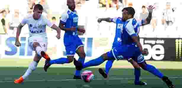 Vitor Bueno tenta a finalização na partida entre Santos e São Bento - FLAVIO HOPP/RAW IMAGE/ESTADÃO CONTEÚDO - FLAVIO HOPP/RAW IMAGE/ESTADÃO CONTEÚDO