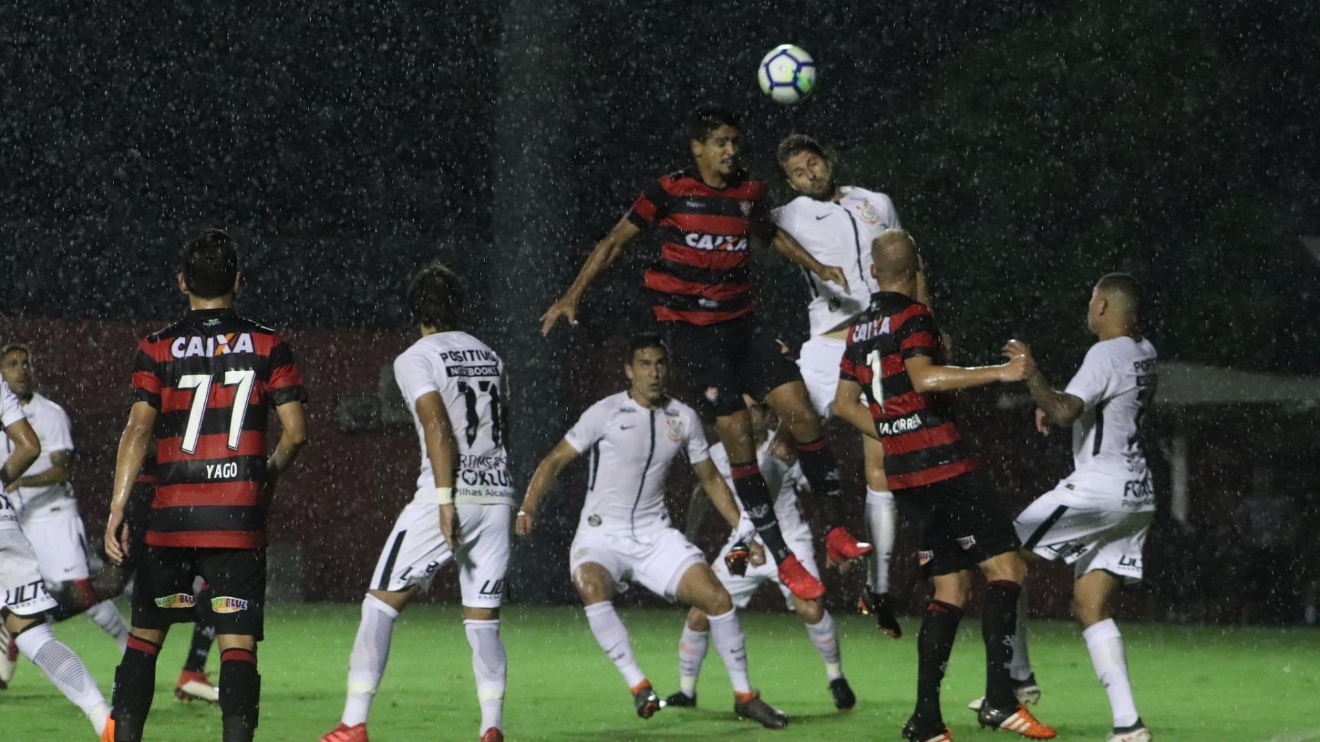 Henrique disputa bola no alto durante Vitória x Corinthians na Copa do Brasil